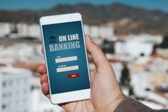 Online bankwezen app in een mobiele telefoon Mensenhand die de telefoon in de stad houden royalty-vrije stock afbeeldingen