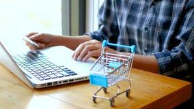 online bankwezen, het winkelen concept vrouwelijke een creditcard houden en hand die online winkelen thuis het winkelen online me stock video