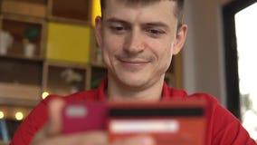 Online bankwezen Mens het online winkelen met creditcard die smartphone gebruiken stock videobeelden