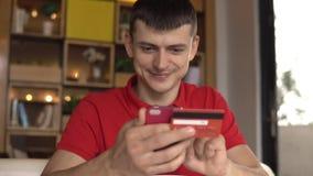 Online bankwezen Mens het online winkelen met creditcard die smartphone gebruiken stock video