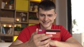 Online bankwezen Mens het online winkelen met creditcard die smartphone gebruiken stock footage