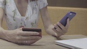 Online bankwezen met creditcard stock footage