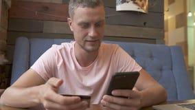 Online bankwezen met slimme telefoon stock videobeelden