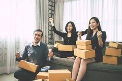 Online Bedrijfseigenaarteam die hun verkoop van het doeldoel vieren royalty-vrije stock afbeelding