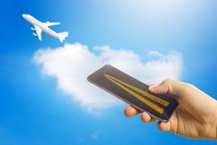 Online-begrepp för köpandeflygbolagbiljetter Smartphone eller mobiltelefon med landningsbanan, tolkning 3D Royaltyfri Fotografi