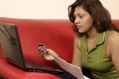 online-betala för bills Arkivbild