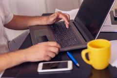 Online betaling, kaart en het gebruiken van laptop computer voor online shoppi stock foto