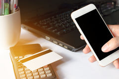 Online betaling, man& x27; s handen die slimme telefoon voor online shoppi met behulp van Royalty-vrije Stock Fotografie