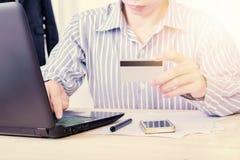 Online-betalning, affärsman räcker att rymma en kreditkort och att använda med bärbar datorbegreppet för att shoppa eller e-betal Arkivbilder