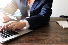Online-betalning, Man's räcker att rymma kreditkorten och att använda labtop för online-shopping Arkivbild