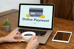 Online-betalning tillfogar till köpet för vagnsbeställningslagret shoppar online-betalning S Arkivbild