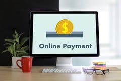 Online-betalning tillfogar till köpet för vagnsbeställningslagret shoppar online-betalning S Royaltyfria Foton