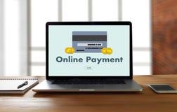 Online-betalning tillfogar till köpet för vagnsbeställningslagret shoppar online-betalning S Royaltyfri Foto