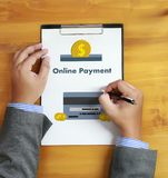 Online-betalning tillfogar till köpet för vagnsbeställningslagret shoppar online-betalning S Arkivfoton