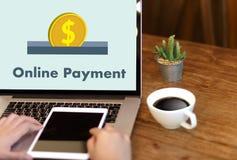 Online-betalning tillfogar till köpet för vagnsbeställningslagret shoppar online-betalning S Royaltyfri Fotografi