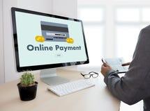 Online-betalning tillfogar till köpet för vagnsbeställningslagret shoppar online-betalning S Royaltyfria Bilder