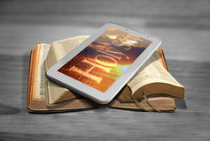 Online bijbellezing Stock Afbeeldingen