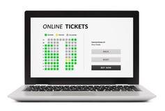 Online bileta pojęcie na laptopu ekranie na białym backgr Zdjęcia Royalty Free