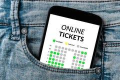 Online bileta pojęcie na smartphone ekranie w cajgach wkładać do kieszeni Zdjęcia Royalty Free