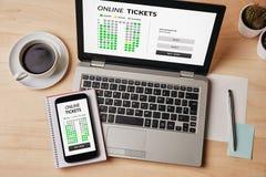 Online bileta pojęcie na laptopu i smartphone ekranie Obrazy Stock