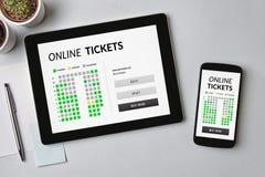 Online bileta pojęcie na pastylki i smartphone ekranie Zdjęcia Royalty Free