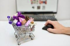 Online Bożenarodzeniowy wózek na zakupy Fotografia Royalty Free