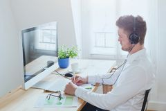Online conferentie of webinar, bedrijfsmens die in het bureau, onderwijs op Internet werken royalty-vrije stock foto's