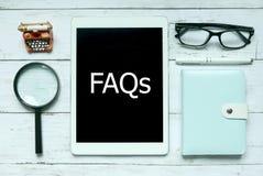 Online cyfrowy FAQs pytań Dobrowolnie Pytać pojęcie Odgórny widok powiększać - szkło, notatnik, pióro, szkła i pastylka pisać z, fotografia royalty free