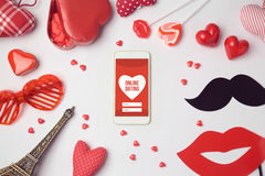 Online-datera app-begrepp med smartphonen Beröm för romantiker för dag för valentin` s Royaltyfria Bilder