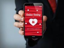 Online-datummärkningaffärsmansmartphone Royaltyfri Fotografi