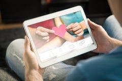 Online-datummärkningbegrepp Imaginär applikation eller website Fotografering för Bildbyråer