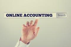 Online die boekhouding in de onderzoeksbar wordt geschreven van het virtueel scherm Royalty-vrije Stock Afbeelding