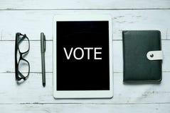 Online-digitala röstar begrepp för teknologi för demokrati för politikvalregering Bästa sikt av den skriftliga exponeringsglas, p royaltyfri foto
