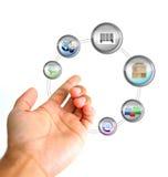 online-ecommercebegrepp Hand som rymmer en symbolscirkulering royaltyfri illustrationer