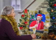 Online-följet önskar glad jul till att åldras kvinnan Arkivbild