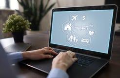 Online-försäkring på den faktiska skärmen Liv, bil, egenskap, hälsa och familj Begrepp för internet och för digital teknologi royaltyfri fotografi