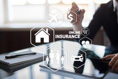 Online-försäkring på den faktiska skärmen Liv, bil, egenskap, hälsa och familj Begrepp för internet och för digital teknologi arkivfoton