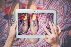 Online-försäljningen, köp skor direktanslutet royaltyfri bild