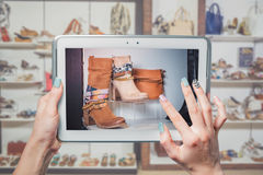 Online-försäljningen, köp skor direktanslutet Fotografering för Bildbyråer