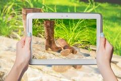 Online-försäljningen, köp skor direktanslutet Arkivfoton