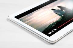 Online filmstroom met mobiel apparaat royalty-vrije stock foto