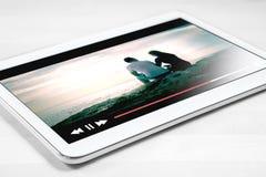 Online filmstroom met mobiel apparaat royalty-vrije stock afbeeldingen