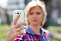 Online-flört vid smartphonen arkivbilder