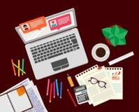 Online gadka na laptop sieci ogólnospołecznej analizie, gadka gulgocze Online gadki datowanie miejsce Komunikacja w miejsce pracy fotografia stock