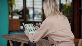 Online gehendes Einkaufen der Frau vom Café stock video