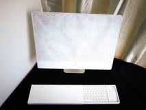 Online gekochte de computer wordt nog verpakt op een bureau royalty-vrije stock afbeeldingen