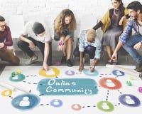 Online-gemenskap som delar kommunikationssamhällebegrepp royaltyfri bild