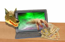 Online-hacka för internetfraudsterdator som hackar för ransomwaresvindel för malware trojan kapning arkivbilder