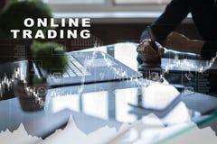 Online-handel internetinvestering Affärs- och teknologibegrepp Arkivfoton