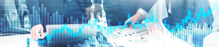 Online handel, rynek walutowy, Inwestorski pojęcie na zamazanym centrum biznesu tle Strona internetowa chodnikowa sztandar obraz royalty free